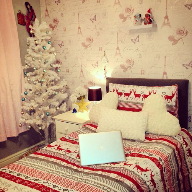 Top 40 Christmas Bedroom Decorations: Incredible Room Decor With White Furry Pillows And Snowy